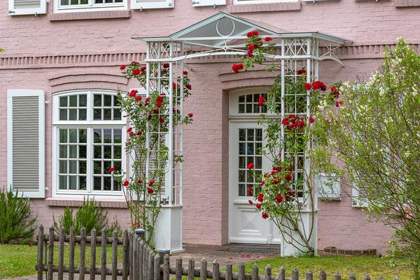Alte Häuser strahlen oftmals einen ganz besonderen Reiz aus. Dieser Eingangsbereich ist in der Bergstraße zu finden.