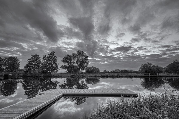 Stillleben am Hammestrand in schwarz-weiß