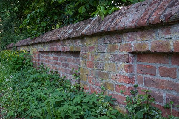 Historische Mauer in der Bauernreihe.
