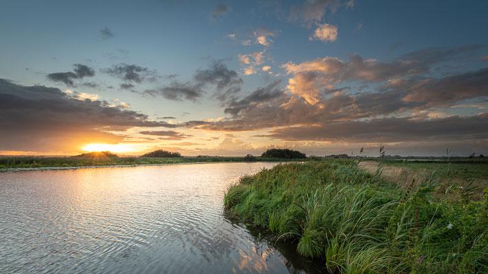 Abendlicher Himmel am breiten Wasser