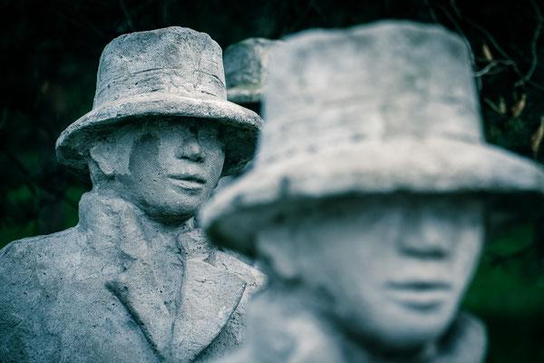 Die Figurengruppe am Dorfplatz in der Bergstraße wurde von dem Bremer Künstler Jimi Paesler entworfen.