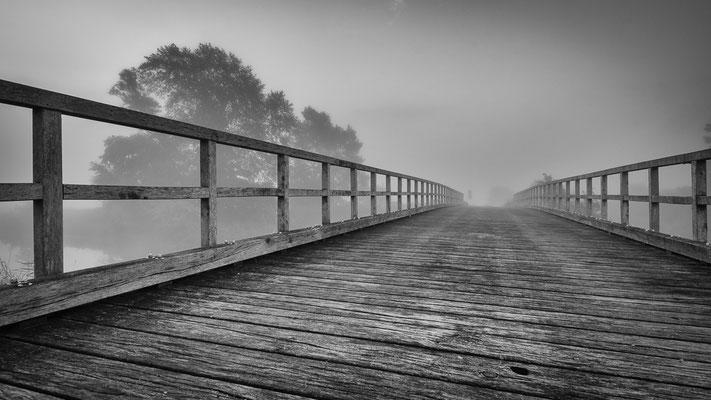 Die Worpsweder Pionierbrücke an einem nebligen Morgen