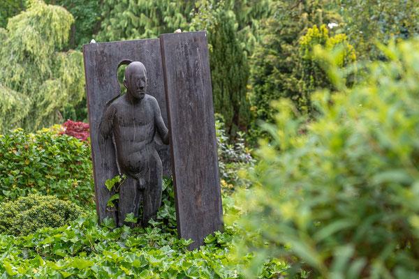 """Waldemar Ottos Skulptur """"Der Übergang"""" auf dem Worpsweder Friedhof."""