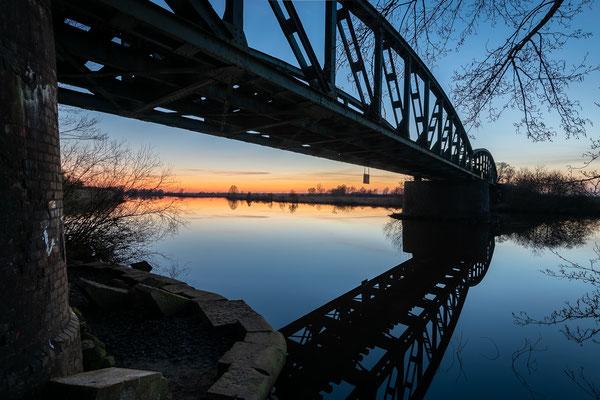Die Moorexpress-Brücke über die Hamme am Abend