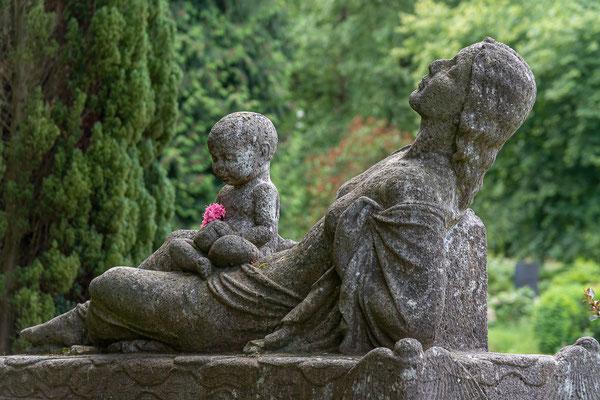 Das Grabmal der Malerin Paula Modersohn-Becker. Geschaffen hat die Plastik der Bildhauer Bernhard Hoetger.