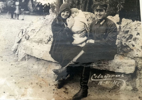 Первый снимок в жизни.  Гарольду Григорьевичу нет еще и 4-х месяцев. Отцу-29 лет, маме -идет 23 год.