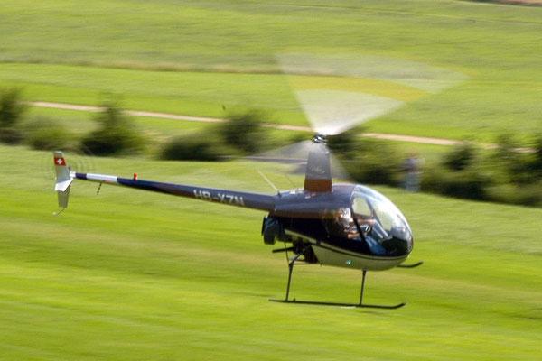 Robinson R22 im Startflug