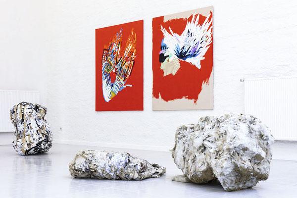 """Im Vordergrund """" Tzimtzum"""" von Christoph Liedtke, im Hintergrund eine Arbeit von Susanne Henny Kolp; Foto: Gustav Franz"""