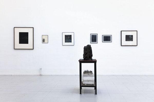 Im Vordergrund eine Arbeit von Christoph Liedtke, im Hintergrund Mattes Fischer; Foto: Gustav Franz