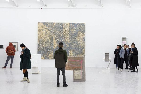 """Im Vordergrund Arbeiten von Julia Eichler, im Hintergrund  """"Gestik und Struktur II"""" von Hanna Sass; Foto: Gustav Franz"""