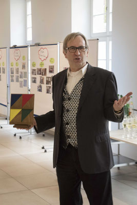 Uwe Jakubczy unterhielt die Gäste mit Zauberkunststücken
