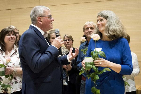 Hartmut Schneider ehrt Ute Göpel, Fachreferentin bei Familie und Betrieb