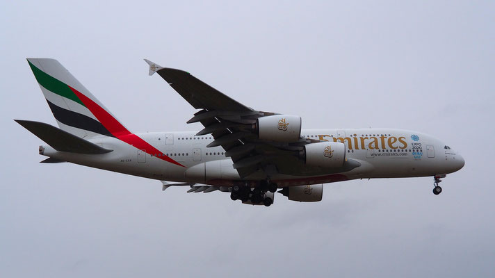 Emirates Airbus A380-861 im Landeanflug auf den Runway 14 in Zürich