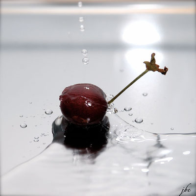 Kirsche im Wasser