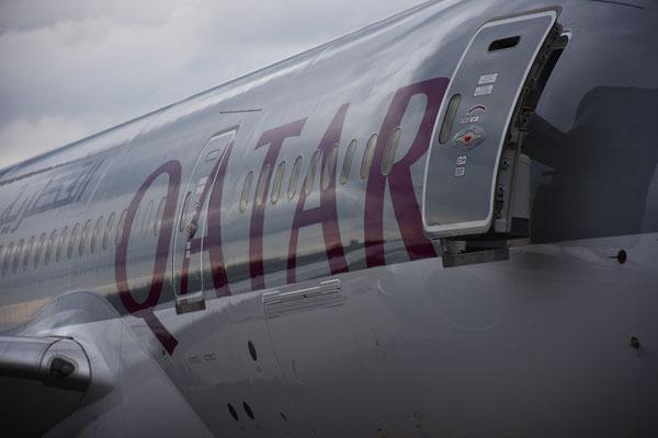 Eine Boeing 787 Dremliner der Qatar am Flughafen Zürich, 26.06.16