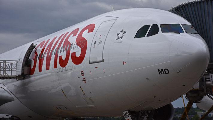 Ein Airbus A340-300 der Swiss am Flughafen Zürich, 26.06.16