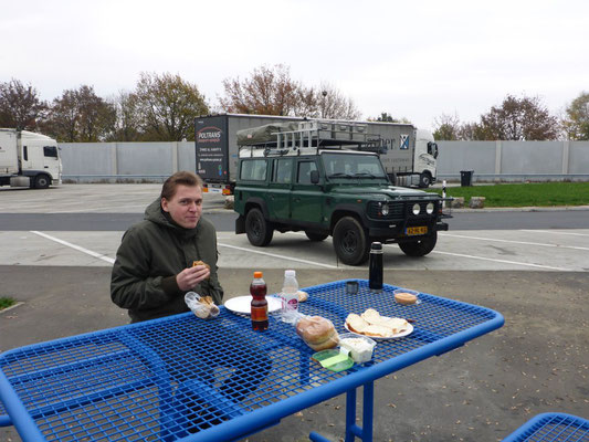 Rafiki the Defender 110 and us having a picknick on our way to Belgium