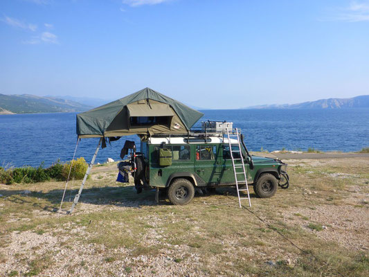 Land Rover Defender camper with Tembo 4x4 rooftent at the Adriatic Sea