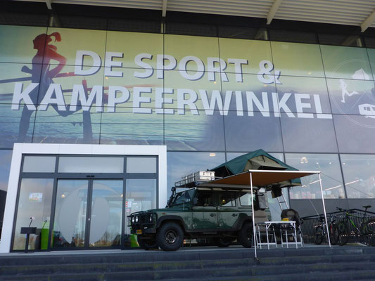Land Rover Defender with the Tembo 4x4 rooftop tent in front of Van Duinkerken