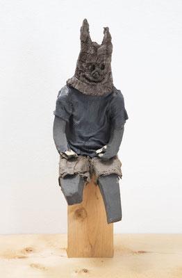 その独楽が止まらないことを教えてくれる  2018  陶土、磁土、麻、綿布、羊毛、顔料: ceramic, kaolin, linen, cotton, wool, pigment  h. 32.0 × w. 13.0 × d. 16.0 cm