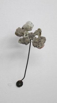 slag 2016 陶(灰、陶土、ガラス)、真鍮、鉄:ceramic, brass, iron h. 26.0 × w. 9.0 × d. 10.0 cm