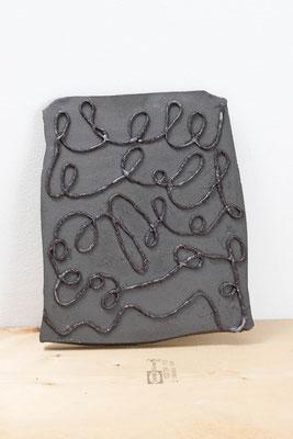 無邪気さの石板  2018  陶土、磁土、羊毛、顔料:ceramic, kaolin, wool, pigment  h. 23.5 × w. 20.0 × d. 1.8 cm