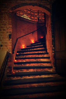 Treppe der Unterkirche ins Hauptschiff von St. Michaelis