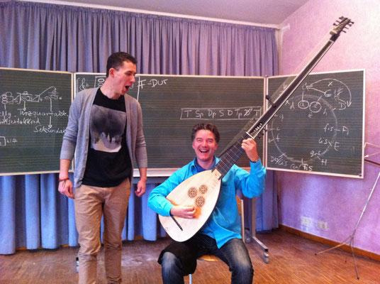 2013: Probe während des Unterrichts an der Rudolf-Steiner-Schule Harburg zum Weihnachtsoratorium. Hier zusammen mit dem Bassisten.