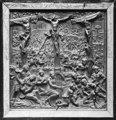 Israel von der Milla: Kreuzigung, 1575, H 23,5 cm, B 23 cm, Kehlheimer Kalkstein (Hochrelief), ehemals Sammlung Heinrich Wencke (Hamburg), nach 1898 Sammlung Löbbecke (Braunschweig), heutiger Aufbewahrungsort unbekannt