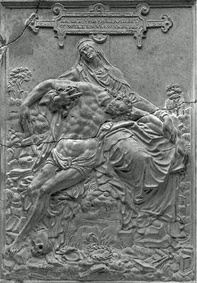 Israel von der Milla: Vesperbild (Pietà), 1589, H 21,9 cm, B 15,6 cm, Solnhofener Stein (Flachrelief), Braunschweig, Herzog Anton Ulrich-Museum, Inv. Nr. Ste 185
