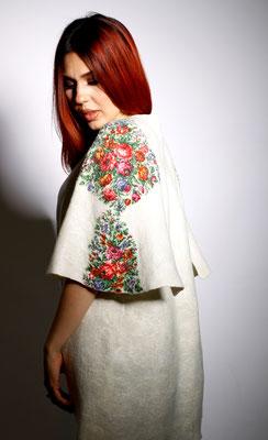 Пальто-кейп с цветочным декором $220