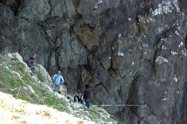 Portugal, Algarve, Sagres (südwestlichster Punkt des europäischen Festlands), Angler in den Felsen