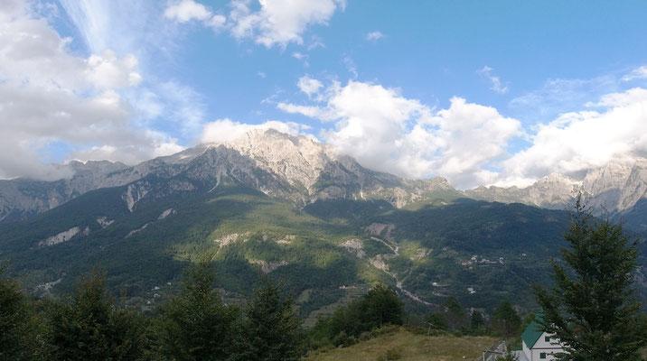 Herrlicher Ausblick (im doppelten Sinne) - über diesen Berg soll bald eine anspruchsvolle Schotterstraße nach Valbona führen