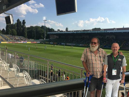 Bundesliga-Einsatz, Kollege Weisgram vom Standard trägt nach Achillessehnenriss ebenfalls Krücken.