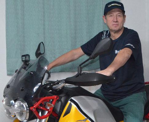 Gerhard im Michelin-Outfit auf seiner Moto Guzzi V85TT