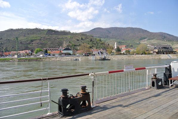 Fahrt mit der Rollfähre über die Donau von Spitz nach Arnsdorf