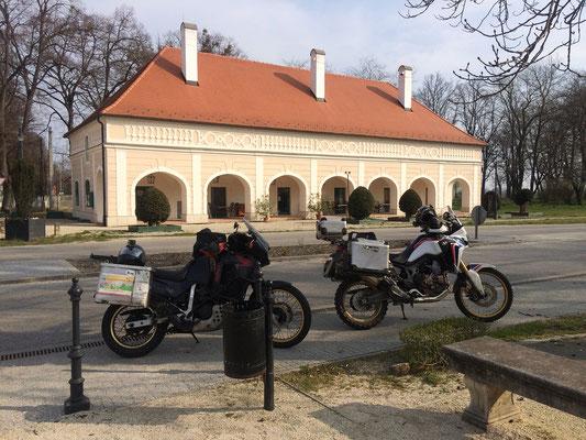 Zwei Generationen von Hondas beim Schloss Fertöd