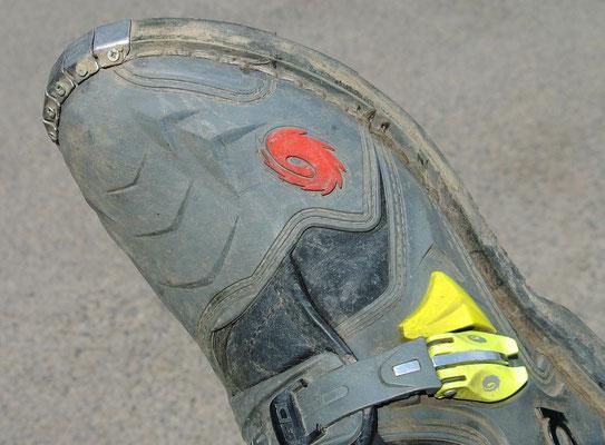 Gut im Gelände, störend beim Rangieren auf Asphalt: Das Metall an der Schuhspitze