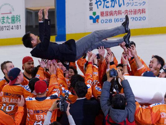 アイスバックス vs チャイナドラゴン: 春名, 飯村両氏の引退セレモニー