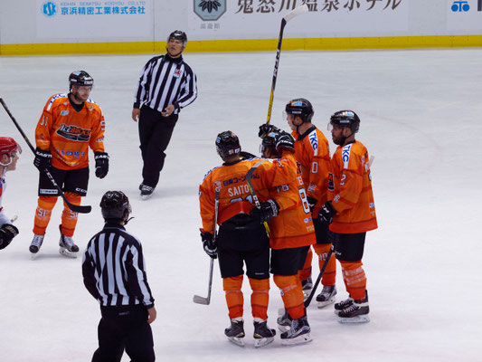 アイスバックス vs チャイナドラゴン: 寺尾選手のゴール