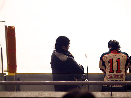 ベンチで戦況を見守る福藤選手