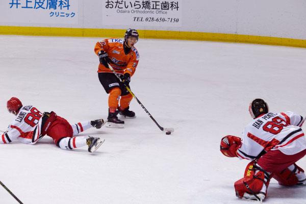 アイスバックス vs チャイナドラゴン: 岩本選手のゴール