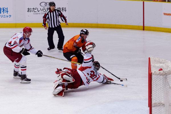 アイスバックス vs チャイナドラゴン: ディレイゴ選手がゴーリーをかわしてガラ空きのゴール前へ