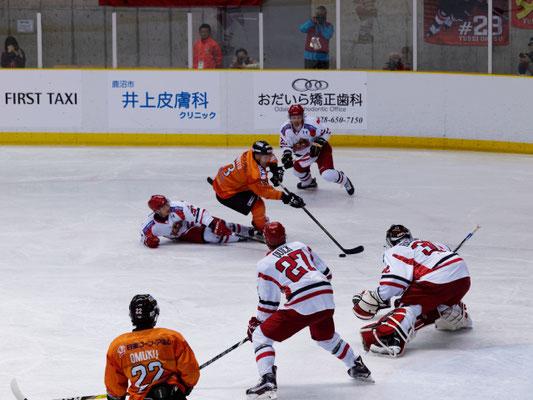 アイスバックス vs チャイナドラゴン: 岩本選手の単独突破