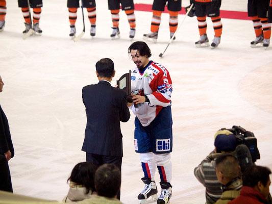王子イーグルスはキャプテン斉藤哲也選手を中心に優勝を喜ぶ