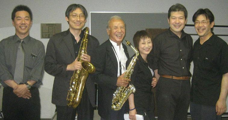 2007年6月13日 町田市民ホール  渡辺貞夫コンサート(ジャズライフに掲載) 前座?としてロビーで演奏しました。 演奏直後のソウルドレッシングと本番直前の渡辺貞夫さんです。 サダオさんのこの後の演奏は1時間40分、吹きっぱなしでした。恐るべきパワーです・・・。