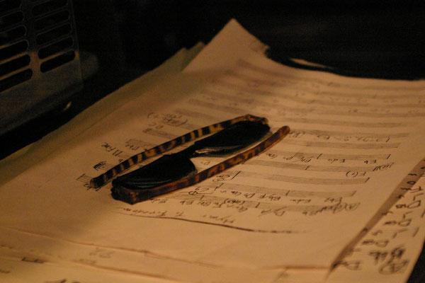 なんてこと無い写真だけどいいでしょ。自由への賛歌の譜面と、バンマスのサングラスです。