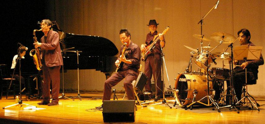町田市主催、ふれあいコンサートです。鶴川市民センターのでかいステージ、ちょいともてあましてます。 竹下のドラムセットが照明に映えてきれいでした。