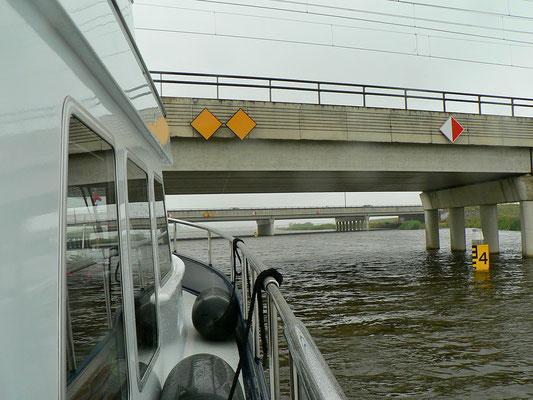 Es gibt 4 feste Brücken. Durchfahrtshöhe zwischen NAP + 5.00 m und NAP + 3.82 m.
