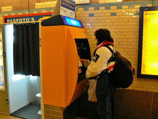 Jacqueline am Fahrscheinautomat